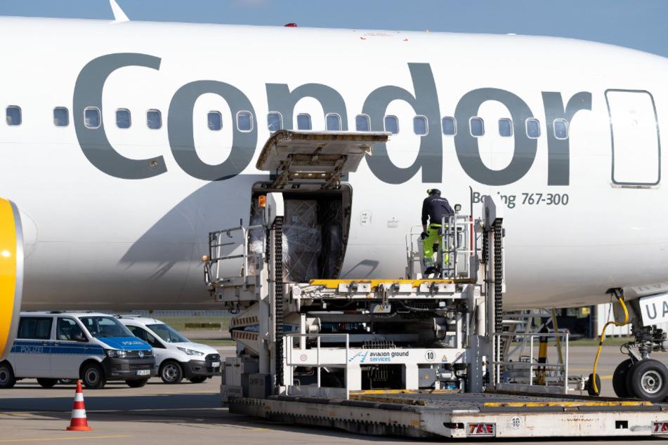 Mit einem Flugzeug von Condor kommen die Schutzmasken aus China für Niedersachsen auf dem Flughafen in Hannover an.