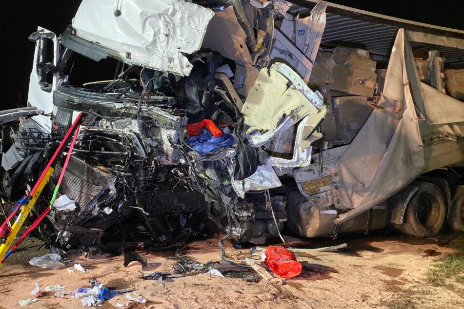 Trümmerfeld auf Bundesstraße: Zwei Menschen bei Frontal-Crash schwer verletzt