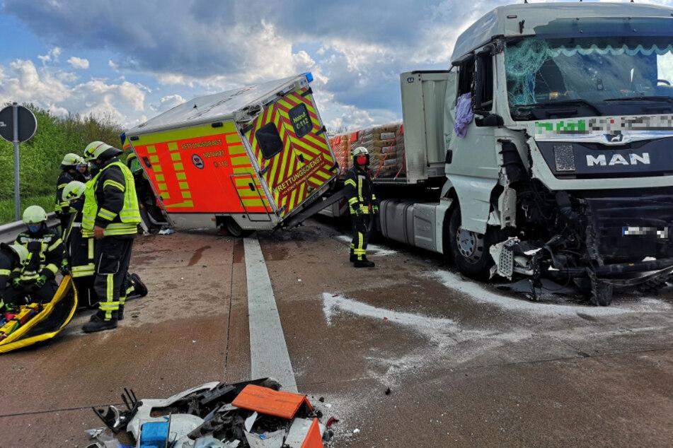 Auf der A1 ist ein Laster mit einem Rettungswagen kollidiert.