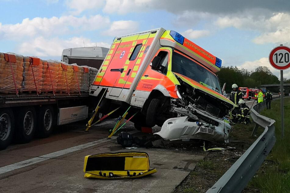 Schwerer Unfall auf Autobahn: Rettungswagen und Laster krachen zusammen