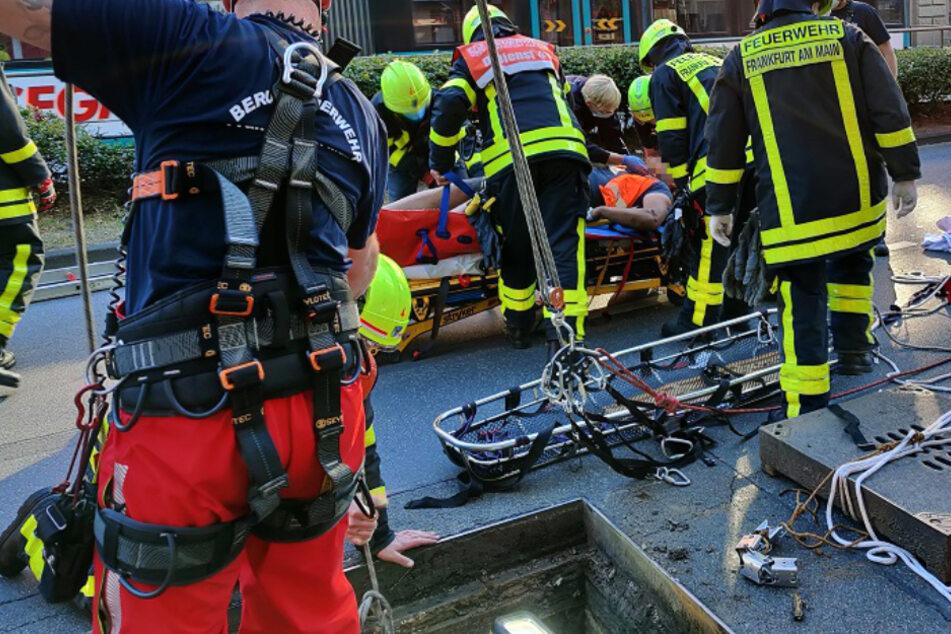 Arbeiter stürzt in Schacht: Komplizierter Rettungseinsatz in Frankfurt