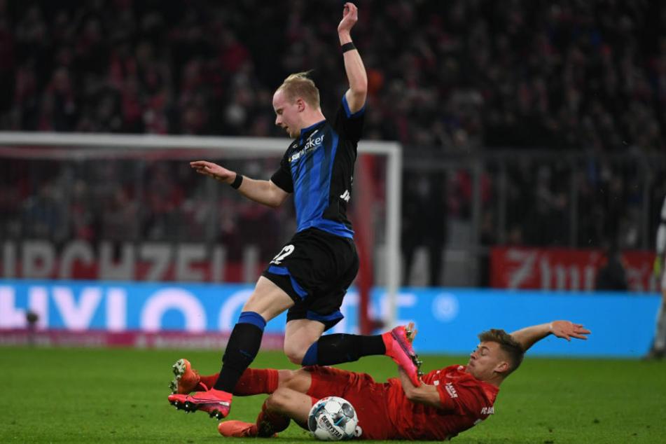 Dennis Jastrzembski (l.), hier im Trikot des SC Paderborn 07, im Zweikampf mit Bayerns Joshua Kimmich (25). Der Pole wird nach seiner Leihe bei Waldhof Mannheim im Sommer nach Berlin zurückkehren.