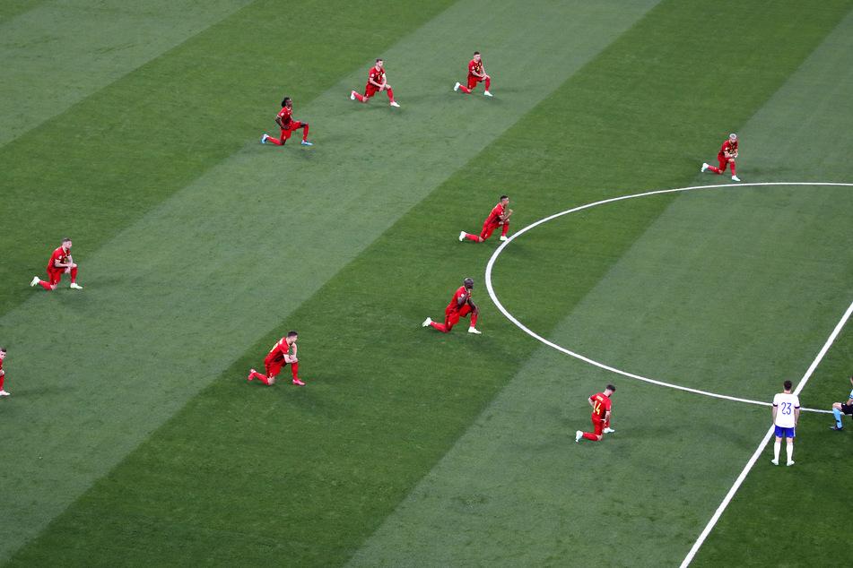 Belgische Spieler knieten vor dem Spiel, um ein Zeichen gegen Rassismus zu setzen.