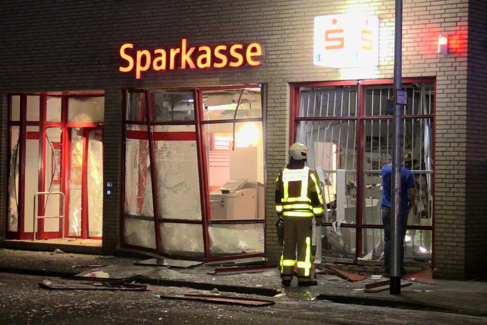Am Gebäude entstand ein erheblicher Schaden. Die Druckwelle ließ Scheiben zerbersten und Gegenstände durch die Luft fliegen.