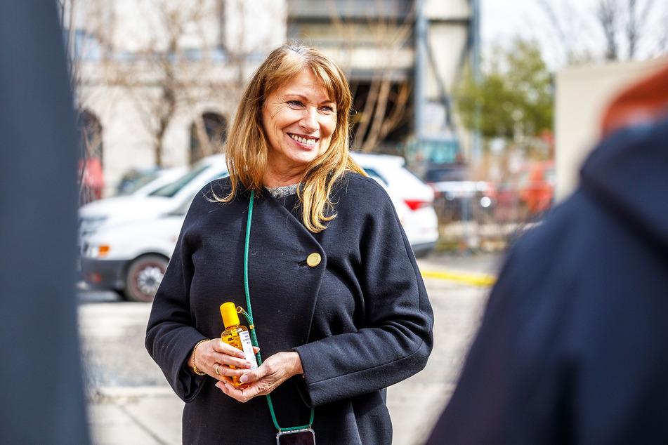 Gesundheitsministerin Petra Köpping (61, SPD) hält eine kleine Flasche Desinfektionsmittel.