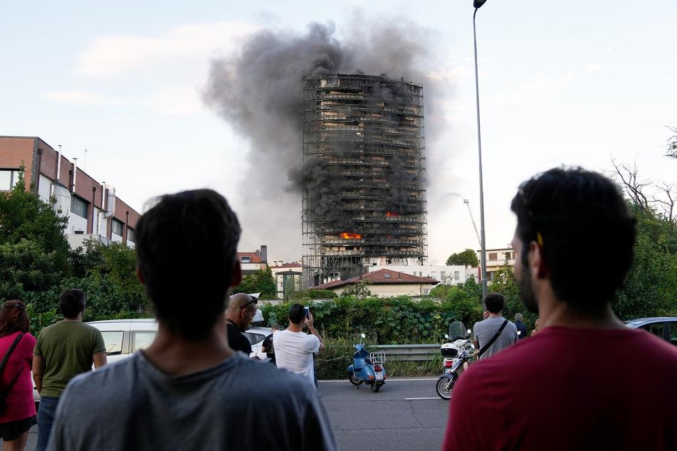 Zahlreiche Schaulustige beobachteten das brennende Gebäude aus sicherer Entferfnung.