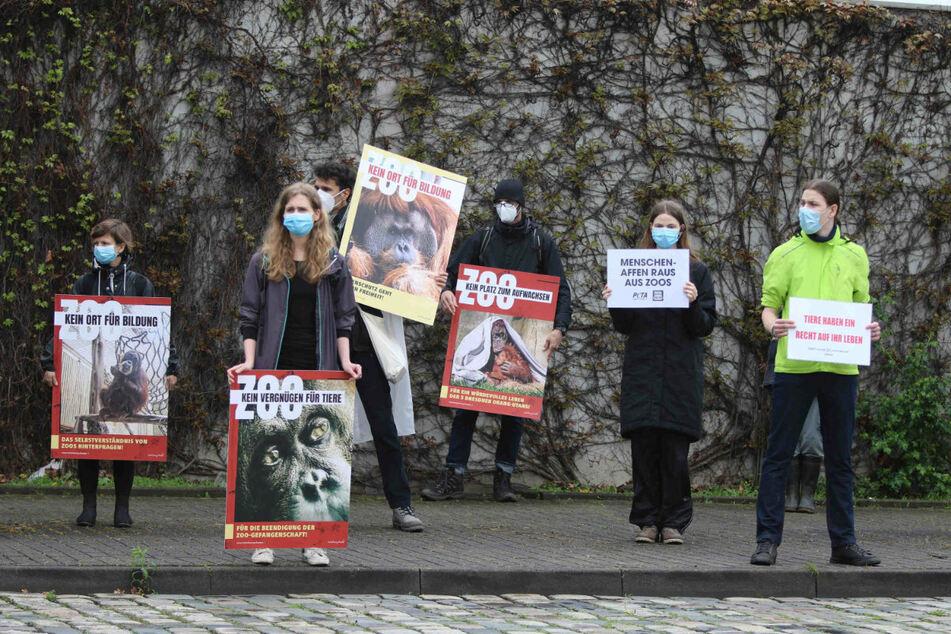 Mit vielen Plakaten weisen die Aktivisten auf ihr Anliegen hin.