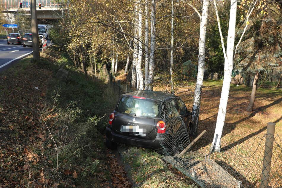 Trotz des Abdriften in einen Straßengraben soll die Fahrerin des Renault unverletzt geblieben sein.