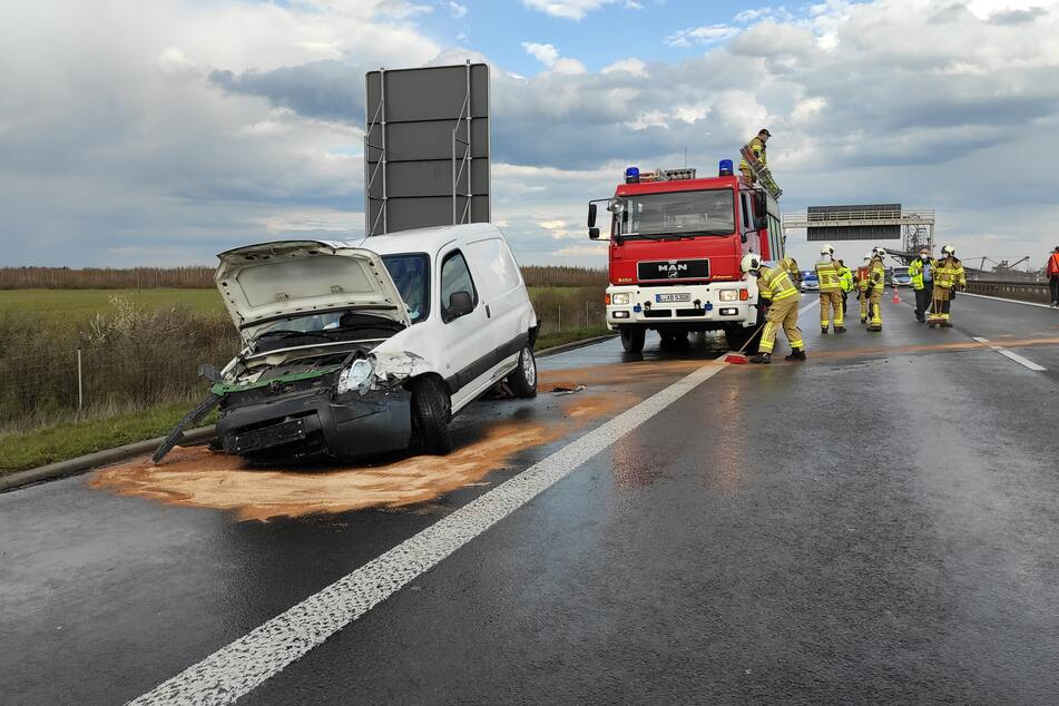 Die Feuerwehr sicherte auslaufender Betriebsstoffe auf der Fahrbahn der A38.