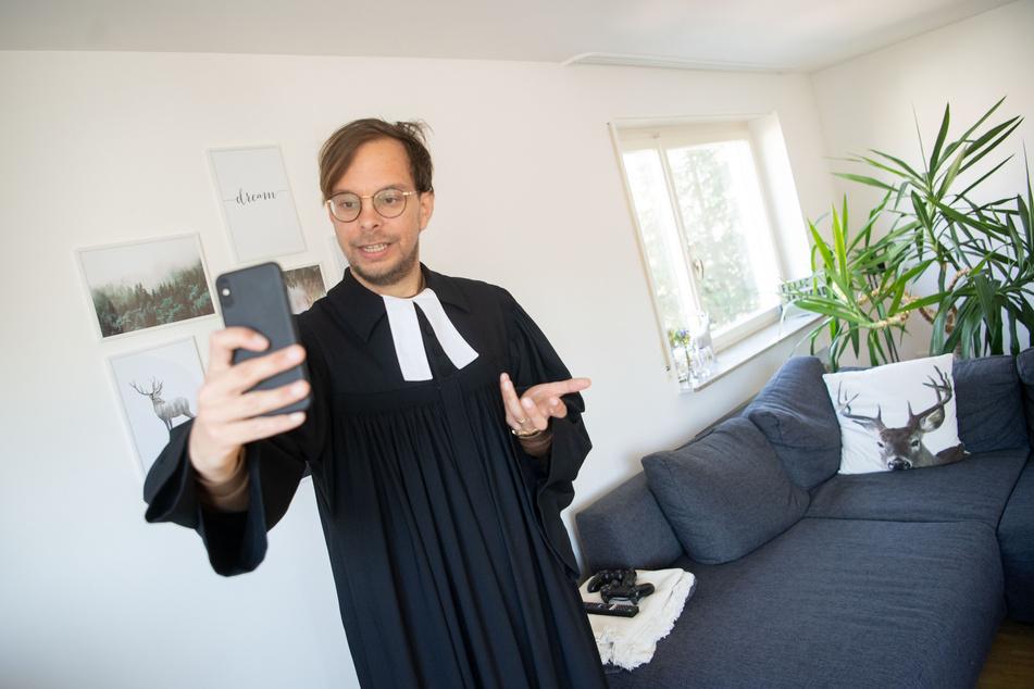 Weil keine Gottesdienste stattfinden durften, ging dieser Stuttgarter Pfarrer auf Instagram live.