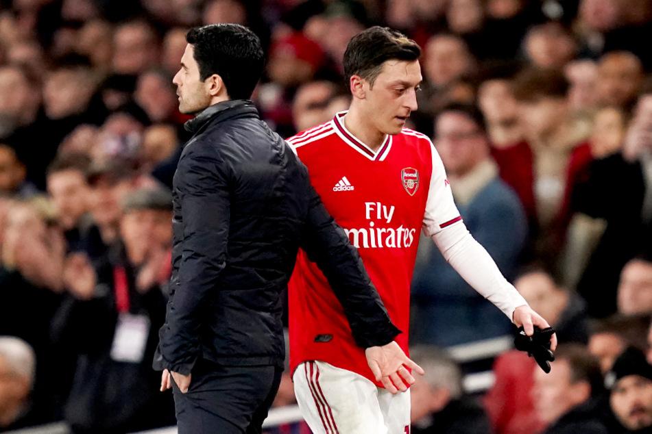 Arsenal-Coach Mikel Arteta (l.) kritisierte Mesut Özil indirekt.