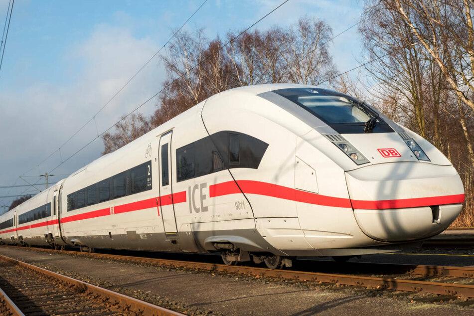 Ein ICE4 steht in einem Leitwerk auf einem Gleis. Ab Anfang August soll die neueste ICE-Generation erstmals Geschwindigkeiten von bis zu 265 Kilometern pro Stunde erreichen können.