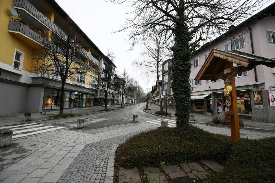 Wo sonst an einem Schlechtwettertag die Urlauber, wenn sie nicht auf den Berg oder Skipiste können, einkaufen gehen, herrschte zur Hochphase der Pandemie gähnende leere in der Einkaufsstaße im Zentrum Garmisch-Partenkirchens.