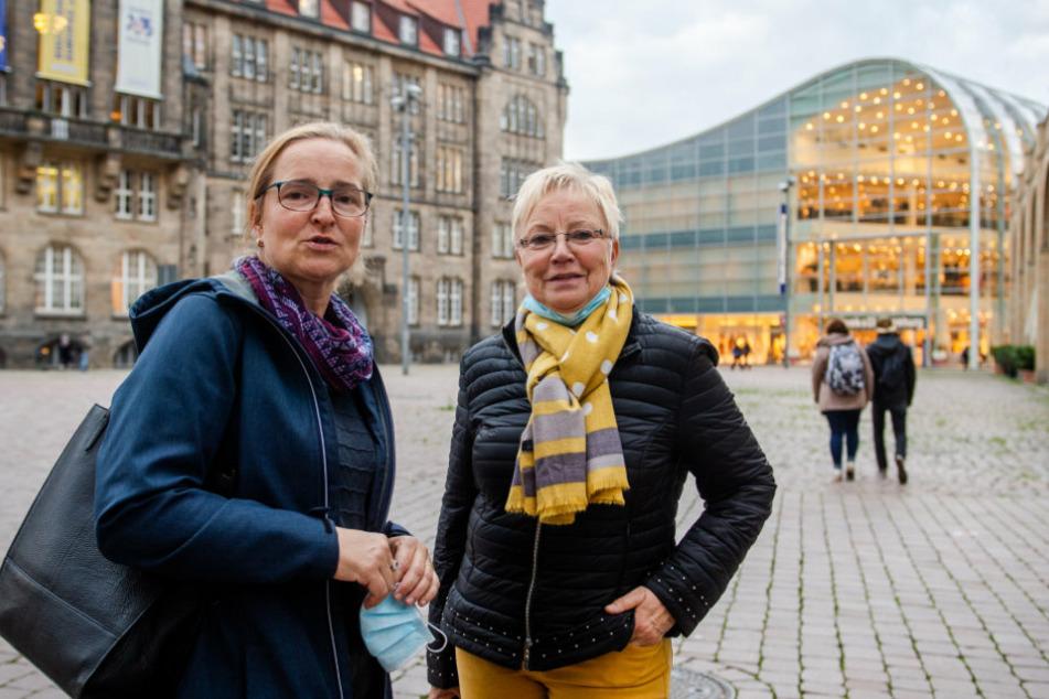 Susann Hähle (47) und ihre Mutter Elke Bretschneider (69) auf dem weitestgehend leeren Markt.