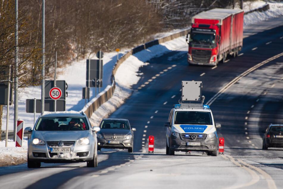 Fahrzeuge passieren die bayerisch-tschechische Grenze bei Schirnding.