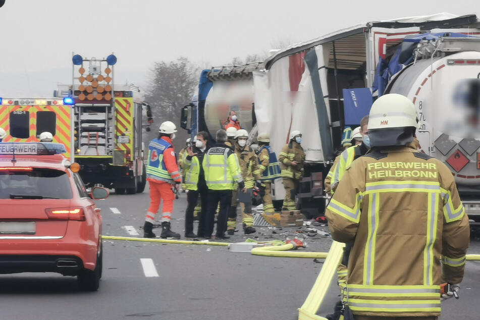 Drei Laster krachen aufeinander, Fahrer eingeklemmt, A6 gesperrt