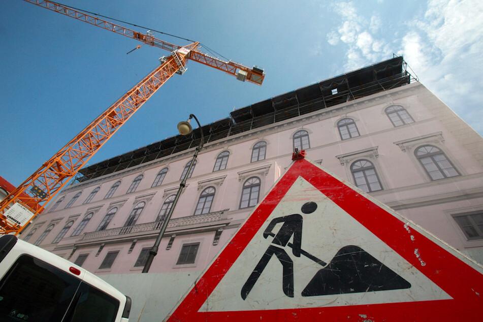 Auf einer Baustelle in Unterföhring haben sich Metallträger von einem Kran gelöst und Arbeiter erschlagen. (Symbolbild)