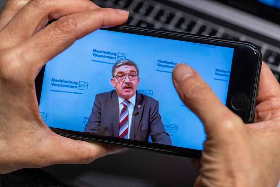 Auf dem Monitor eines Smartphones ist Lorenz Caffier (CDU) zu sehen.