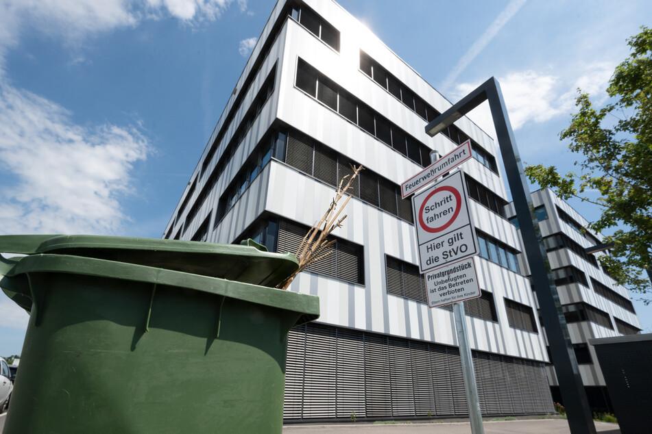 Baden-Württemberg, Tübingen: Vor der Zentrale des biopharmazeutischen Unternehmens Curevac in Tübingen steht eine grüne Tonne. Die Wirksamkeit des Impfstoffkandidaten CVnCoV von Curevac fällt einer Zwischenanalyse zufolge deutlich geringer aus als bei anderen bereits zugelassenen Corona-Impfstoffen.