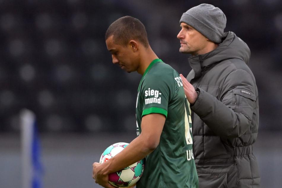 Augsburgs Trainer Heiko Herrlich (49, r.) und Augsburgs Abwehrspieler Felix Uduokhai (23) im Stadion.