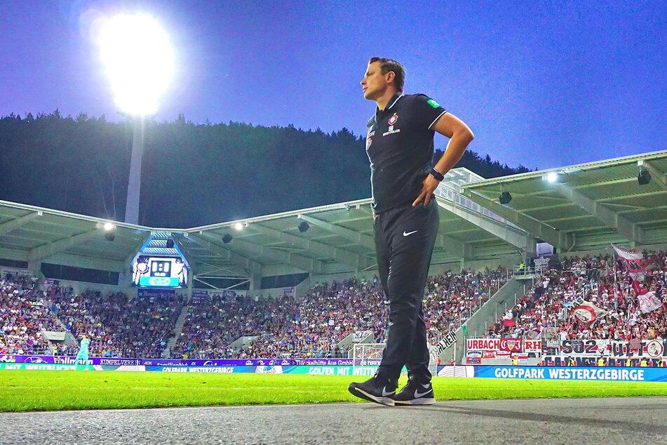 Marc Hensel (35) als Interimscoach am 23. August 2019 beim 0:0 unter Flutlicht gegen Stuttgart. Der 35-Jährige könnte es sich nicht verzeihen, mit Aue abzusteigen. Deshalb muss er mit seinen Jungs jetzt mächtig Gas geben.