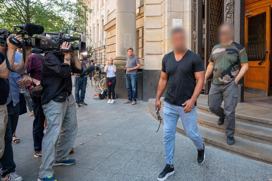 Arafat Abou-Chaker, (2.v.r.) und ein Mitangeklagter (r.) kommen nach einer Gerichtsverhandlung aus dem Berliner Landgericht.
