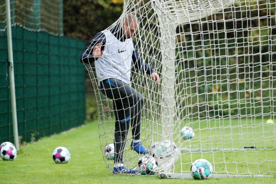 Florian Krüger da, wo er die Bälle am liebsten hat - im Tornetz. Der Auer Stürmer traf in dieser Saison bisher zweimal.