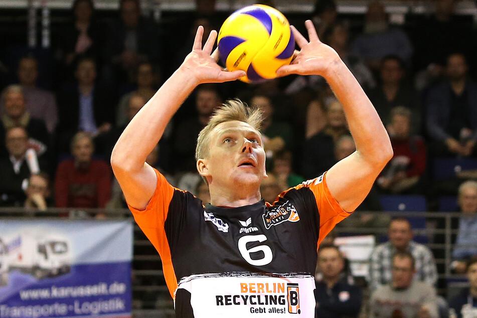 """Sergej Grankin von den Berlin Volleys am Ball. Ohne Corona-Hilfe hätte der Volleyball-Verein laut Manager Kaweh Niroomand """"zumachen müssen""""."""