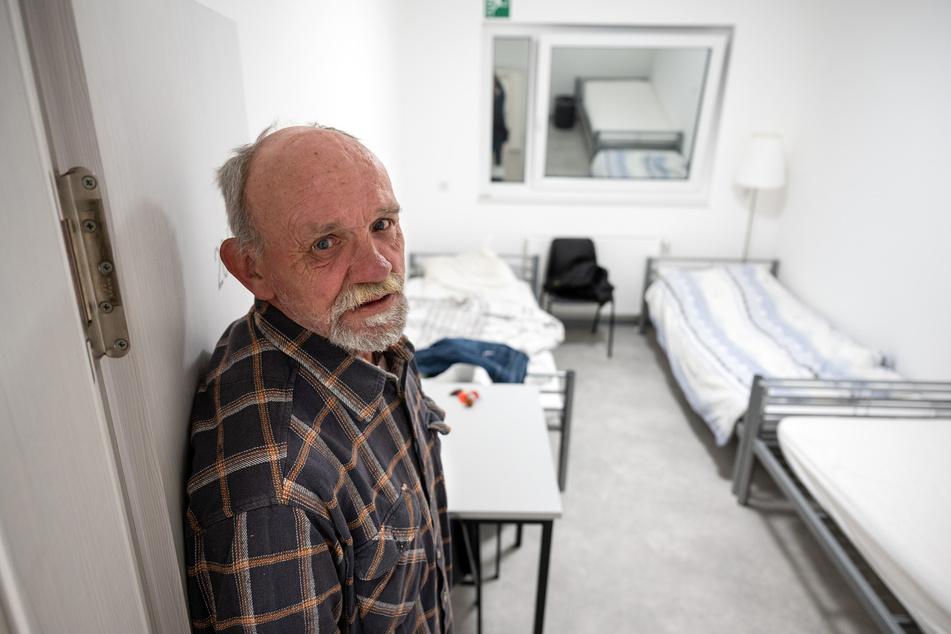 Peter Lahrius steht in der Tür zu seinem Zimmer im Fliednerhaus, der Wohnungslosenhilfe der Diakonie.