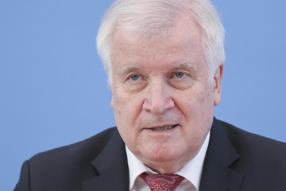 """Razzia bei Vereins-Mitgliedern: Seehofer verbietet Nazi-Vereinigung """"Nordadler"""""""