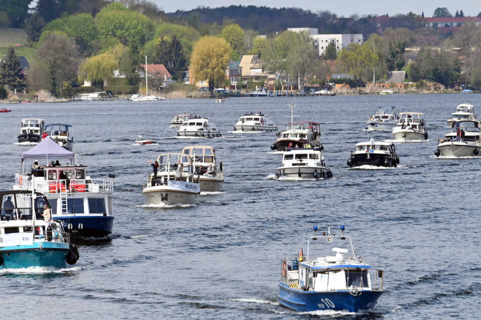 Charterboote fahren bei einer Demonstration gegen das Übernachtungsverbot auf Charterbooten über den Zernsee.