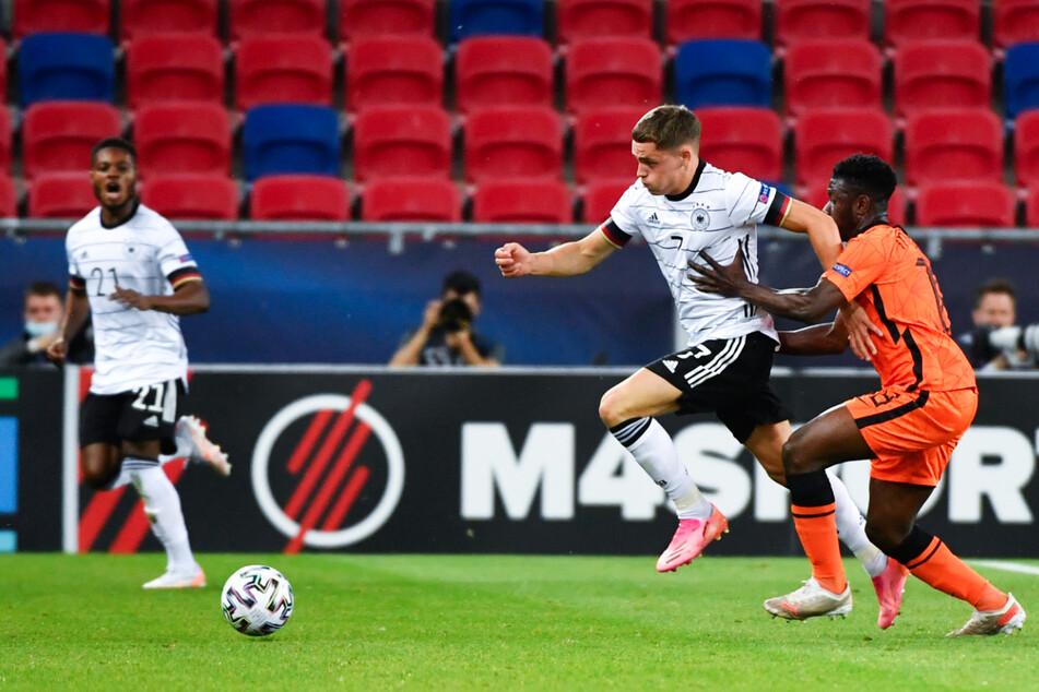Das deutsche Ausnahmetalent Florian Wirtz (M.) begeisterte in der Anfangsphase und traf doppelt, Ridle Baku (l.) legte das 2:0 auf.