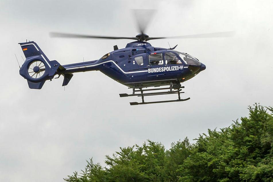 Ein Eurocopter EC 135 der Bundespolizei startet. Unterhalb der Zelle sind die Kameras befestigt. In der Dunkelheit fliegen die Piloten mit Nachtsichtgeräten.