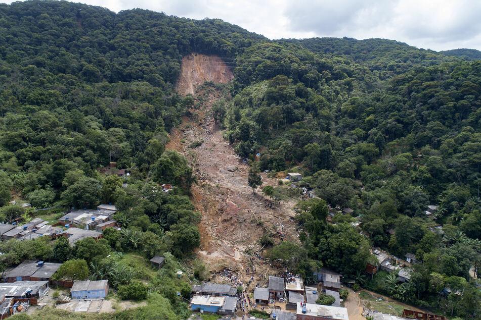 Blick auf einen Berghang in Guaruja, wo es durch schwere Regenfälle eine Schlammlawine verursacht wurde.
