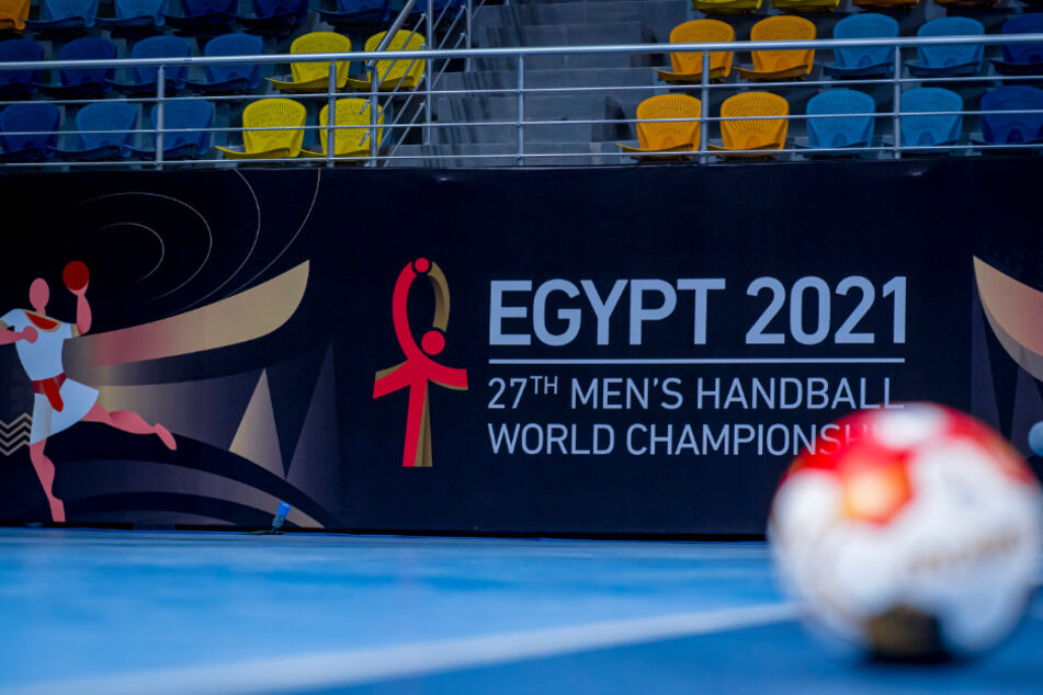 """Kairo: Das Signet der Handball WM in Ägypten ist in der """"Hassan Moustafa Sport Halle"""" an der Tribüne angebracht. Die deutsche Handball-Nationalmannschaft absolvierte ihre erste Trainingseinheit bei der Handball Weltmeisterschaft in dieser Halle."""