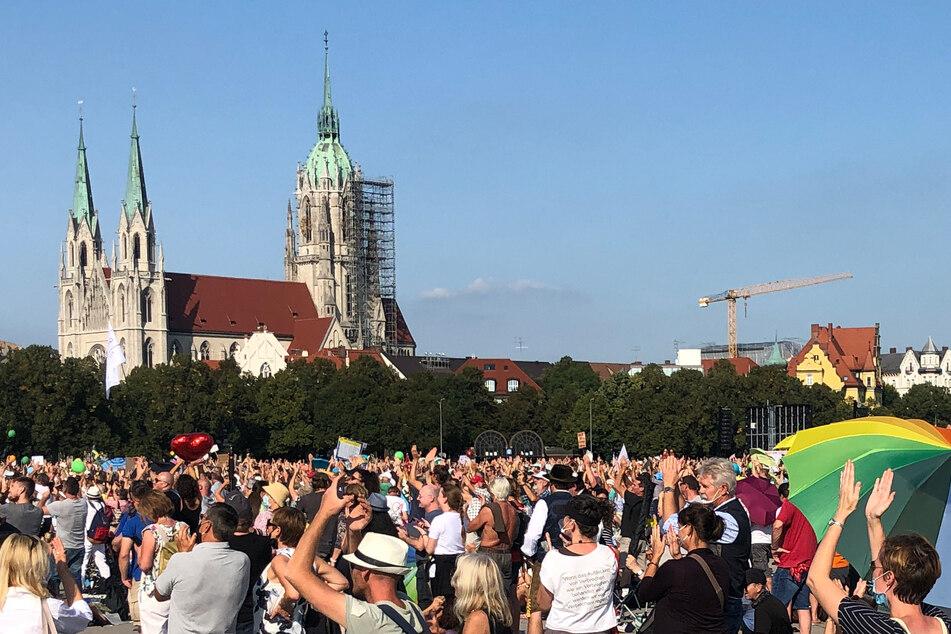 """Zahlreiche Menschen haben sich zu einer Kundgebung der Initiative """"Querdenken 089"""" gegen die staatlichen Corona-Maßnahmen auf der Theresienwiese eingefunden."""