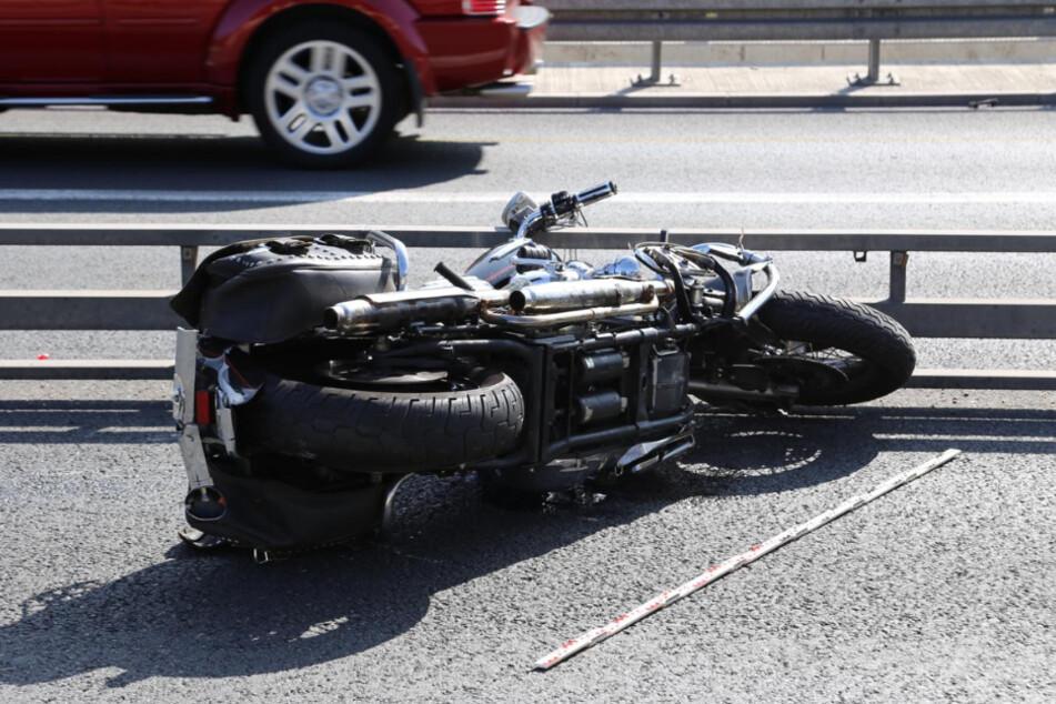 Das Motorrad des Verstorbenen liegt an der Unfallstelle.