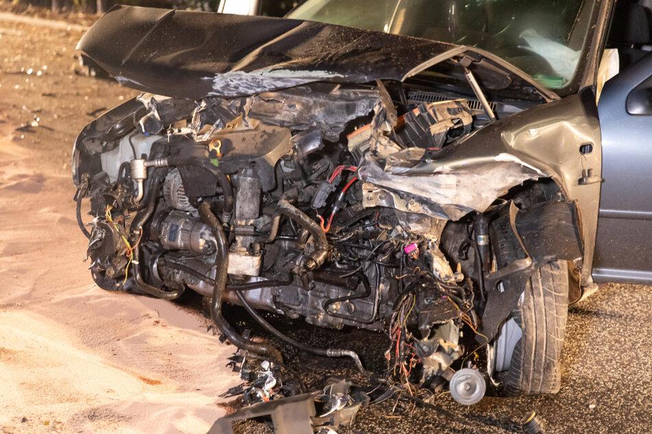 Der vordere Bereich des VW Golf ist vollkommen zerstört.