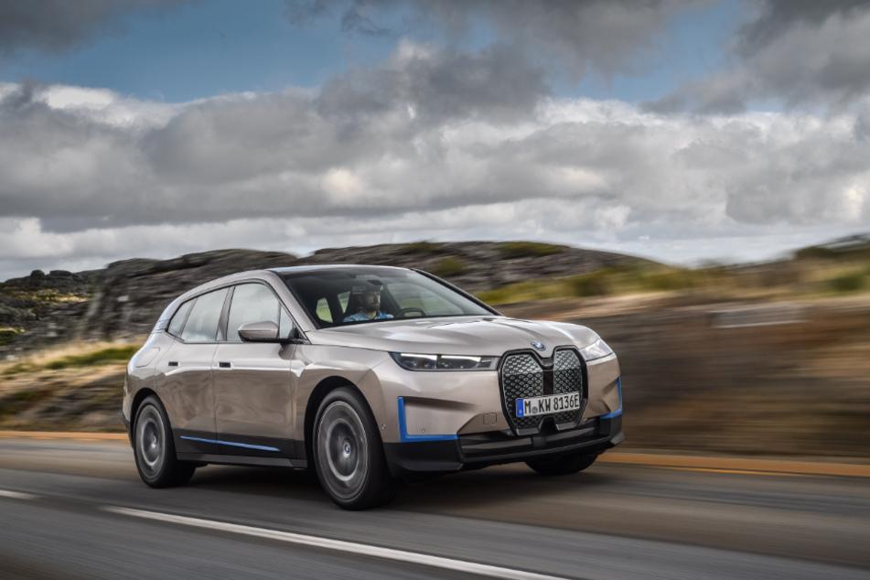 Ein Stromer für die Langstrecke: Mehr als 600 Kilometer Reichweite stellt BMW für das vollelektrische Modell iX in Aussicht.