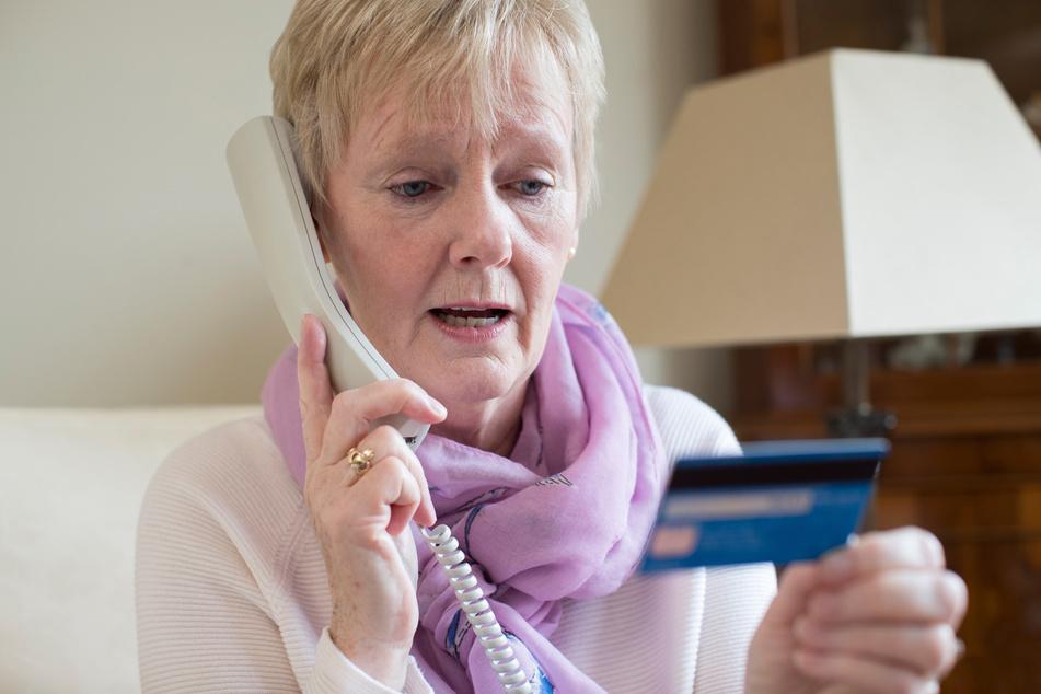 Gerade ältere Menschen werden oft Opfer von Telefonbetrügern. (Symbolbild)