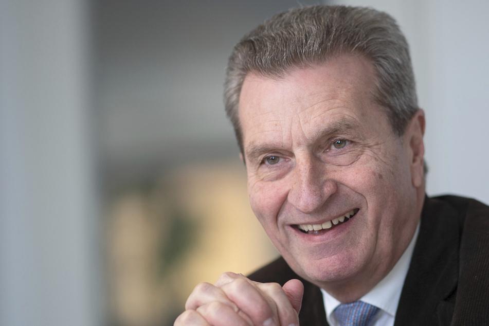 Günther Oettinger (CDU), ehemaliger EU-Kommissar und ehemaliger Ministerpräsident des Landes Baden-Württemberg, spricht während eines Interviews mit Journalisten.