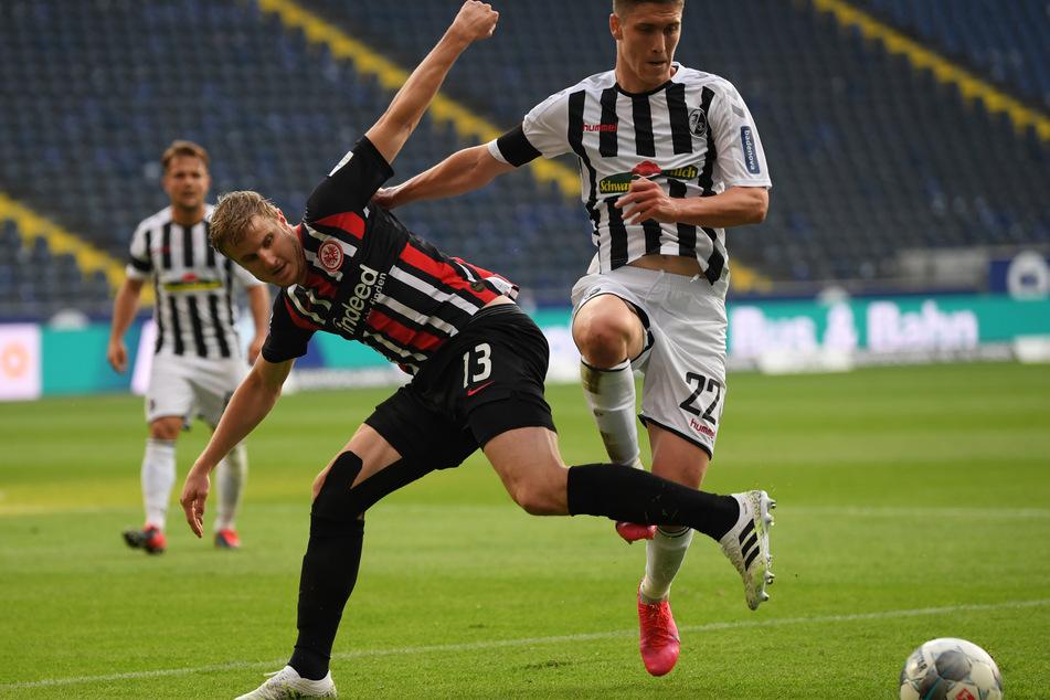 Eintrachts Martin Hinteregger (l.) im Zweikampf mit Freiburgs Roland Sallai.