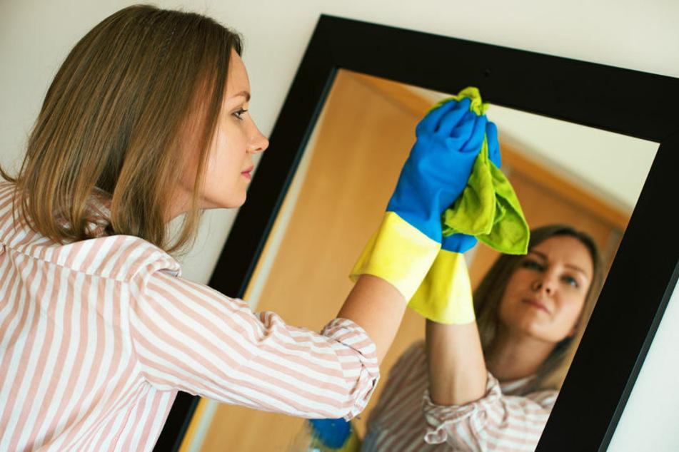 Wer auf Mikrofasertücher setzt, kann den Spiegel streifenfrei reinigen.