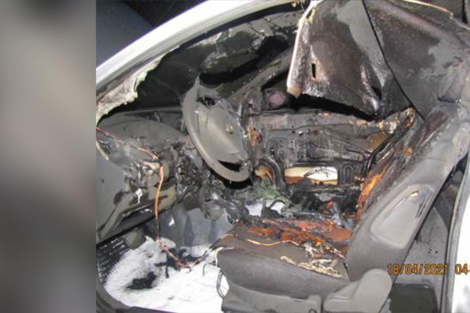 Plötzlich Flammen aus Mittelkonsole! 47-Jähriger rettet sich aus brennendem Auto