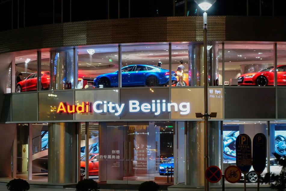 "Autos der Marke Audi werden im Pekinger Autohaus ""Audi City Bejing"" präsentiert."