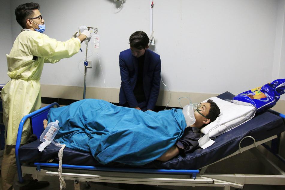 Eine Person wird nach einem Selbstmordanschlag in einem Krankenhaus behandelt.