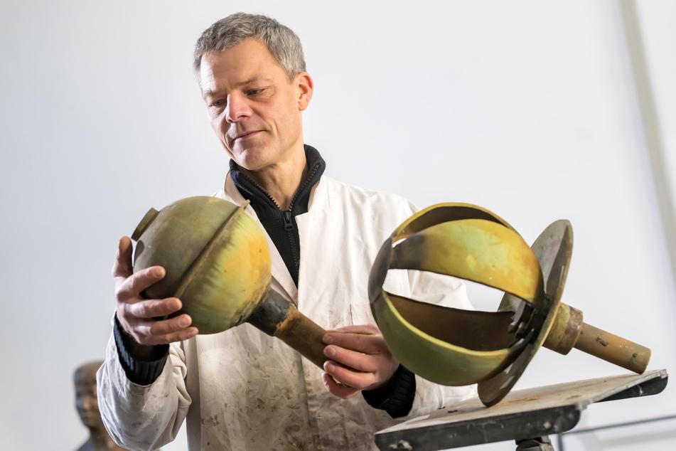 Künstler Erik Neukirchner (48) begutachtet in seinem Atelier die kugelförmigen Brunnenteile, die sein Großvater vor über 50 Jahren schuf.