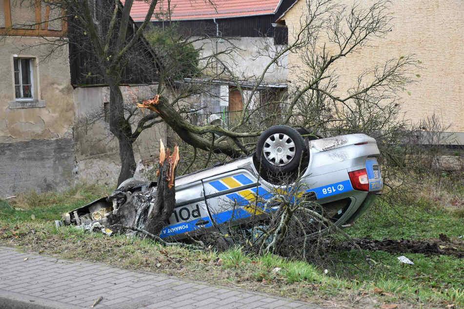 Der tschechische Streifenwagen landete nach der Verfolgungsjagd auf seinem Dach.