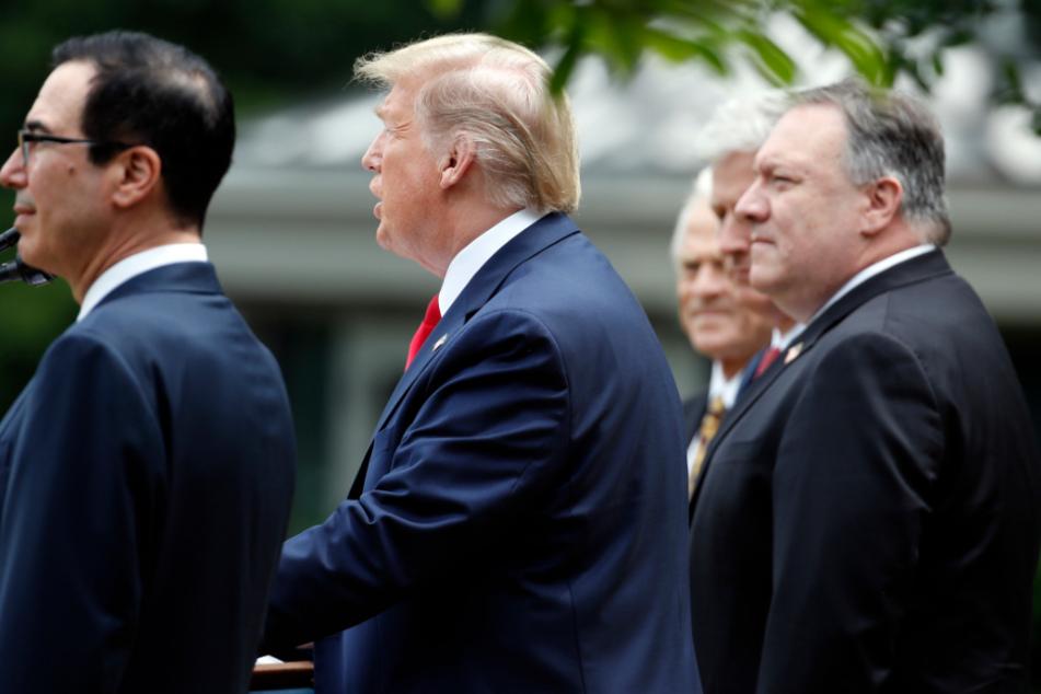 Donald Trump (2.v.l), spricht während einer Pressekonferenz im Rosengarten des Weißen Hauses. US-Finanzminister Steven Mnuchin (v.l.n..), US-Außenminister Mike Pompeo, der nationale Sicherheitsberater des Weißen Hauses Robert O'Brien und der Handelsberater des Weißen Hauses Peter Navarro, hören ihm zu.