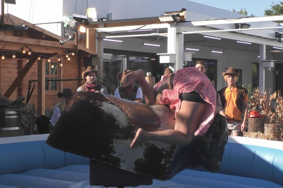 Der nächste Fall: reiten, bis zum Umfallen... Rodeo ist nix für jedermann. Vanessa (26) am Boden!